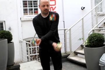 3Zauberwürfel während des Jonglierens lösen